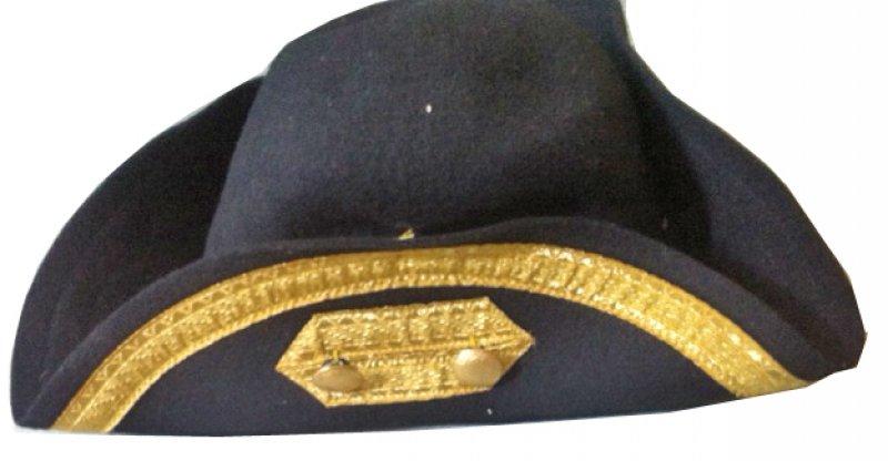 Hisorischer-Dreispitz Wollfilz Rand 9,5 cm, mit Leder, Schnittkante, Borte gebrochener Stab gold 20 mm, ca. 1 cm unterhalb Schnittkante, mit seitl. Verzierung links (geschl. Mund) u. 2 gekörnten Goldknöpfen